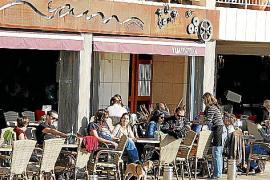 Promenaden-Cafés locken mit Sonnenplätzen auch im Winter viele Palmesaner an.