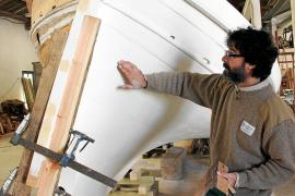 Pep Florit mit einem der Boote, die in Son Bonet restauriert werden.