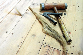 Das Werkzeug zum Kalfatern, dem Abdichten der Hohlräume zwischen den Planken mit Hanffasern.