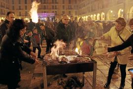 Eine reichlich rustikale Angelegenheit: Beim Grillen an Sant Sebastià muss man Geduld mitbringen und sollte keine kulinarischen