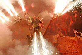 Feuer speiende Drachen, Dämonen und Teufel sind die Hauptdarsteller bei den Correfocs.