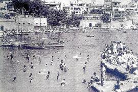 Beliebte Badebucht Can Bàrbara. Oben links ist das Hotel im Bild.