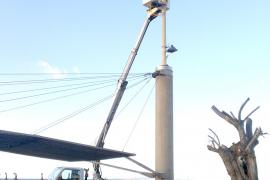 Die notwendigen Geräte werden an der Promenadenbeleuchtung befestigt.