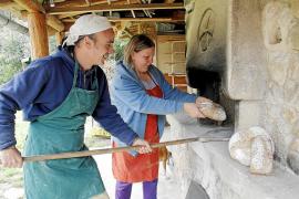 Tomeu Morro und Bianca Riso holen Sauerteigbrote aus dem Steinofen.