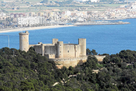 Bellver bietet die schönsten Ausblicke auf die Stadt. Hier sieht man im Hintergrund Portitxol und das Dorf Sant Jordi.