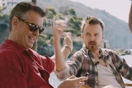 Pierce Brosnan (l.) und Aaron Paul in einer der Szenen, die auf der Insel gedreht wurden.