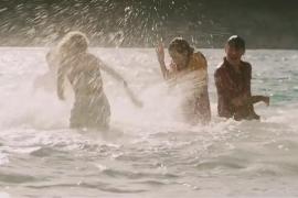 Ausgelassen planschen die Hauptdarsteller in den mallorquinischen Wellen.