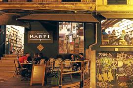 Die Buchhandlung Babel ist Ladengeschäft, Kneipe und Straßencafé in einem.