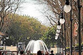 """Der Paseo del Borne in Palma - oder katalanisch Passeig des Born mit dem Brunnen an der """"Plaça de la Reina"""" im Hintergrund."""