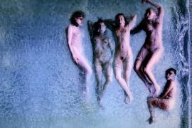 """""""Liegende Mädchen"""", eine Fotografie von Luis Gispert."""