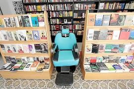 Romanesk: Friseurgeschäft und Buchladen in einem.