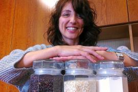 Anhand von drei Behältern erklärt Julia San Segundo, technische Leiterin der Firma Carob S.A., die Produktion des Johannisbrotke