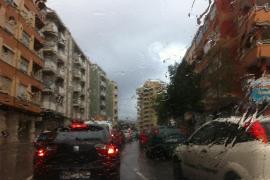 Regenschauer am Mittwochmorgen im Berufsverkehr von Palma.