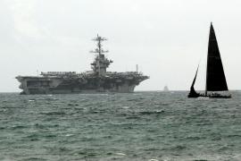Der Flugzeugträger in der Bucht von Palma de Mallorca.
