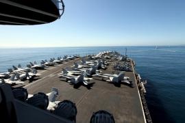 """65 Kampfflugzeuge stehen an Deck der """"USS Harry S. Truman""""."""