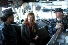 Soldaten erklären der US-Konsularagentin auf Mallorca, Kimberly Marshall,  die Abläufe an Bord.