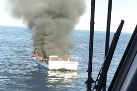 Boot brennt und sinkt