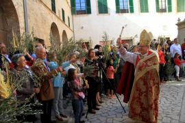 Bischof Salinas beim Segnen der Palmzweige.