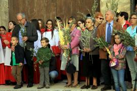 Gläubige warten mit ihren Palmzweigen auf den Segen des Bischofs.