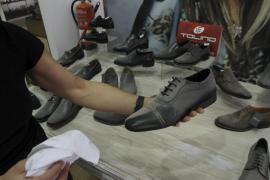 Eine dicke Staubschicht bedeckt die Schuhe in diesem Geschäft.