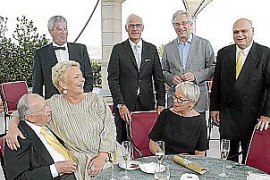 Fröhliche Runde (v.l.): Josef Egger, Edith Minkner, Pius Schnider, Peter Tschirky, Gabriela Fontana, Bernd Jogalla und Lutz Mink