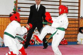 Organisator José Luis Gil (Mitte) mit zwei seiner Schüler bei einem Wettkampf im Shinkai-Gym.