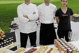 Starkoch Jordi Calvache (l.) und sein Team kümmern sich wieder um das Catering auf dem Platz.
