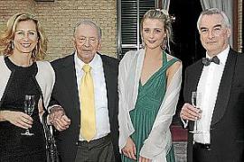 Josef Egger mit Urenkelin Sarah sowie Heidi Stadler und Robert Maunder von First Mallorca.