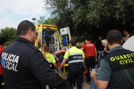 Der Verletzte wird in einem Krankenwagen abtransportiert.