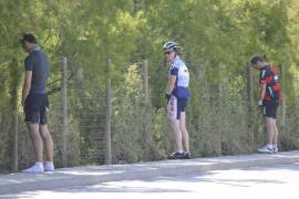 Urinierende Radfahrer in Port d'Andratx.
