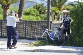 Auf frischer Tat ertappt: Urinierender Radfahrer an der Gartentüre.