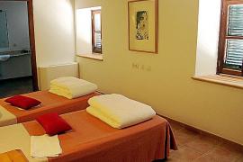Seit Kurzem können dort nun Feriengäste in schlichten, aber zweckmäßigen Zimmern logieren.
