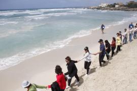 Mit Menschenketten am Strand protestieren Umweltschützer 2012 gegen das Vorhaben.