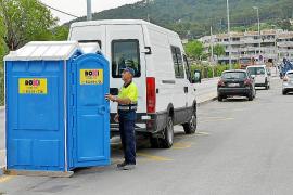 Mitarbeiter der Rathauses stellen die mobilen Toiletten auf.