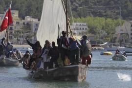 Die ersten Piratenschiffe landen im Hafen von Sóller.