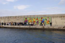 Das Gustavo-Wandmosaik in Hafen von Cala Rajada.