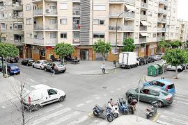 Der weiße Lieferwagen ist auf der Vorfahrtstraße, erkennt das aber nur am Vorfahrt-Gewähren-Schild der Seitenstraße (r.).