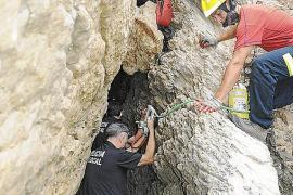 Retter stiegen zu dem abgestürzten Touristen herunter.