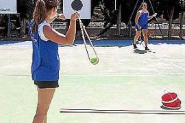 Bei den Balearen-Meisterschaften: Geschleudert wird mit Tennisbällen auf zehn Meter entfernte Zielscheiben.