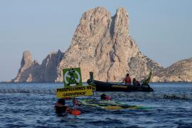 Vor Ibiza sorgten Greenpeace-Aktivisten mit einer Aktion gegen die Testbohrungen für Aufsehen.