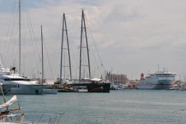 """Die """"Rainbow Warrior"""" im Hafen von Palma."""