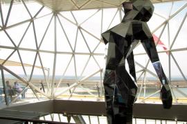 """Die Glaskonstruktion hinter dieser Skulptur bildet den """"Diamanten"""" im Heck, das Erkennungszeichen der """"Mein Schiff 3""""."""