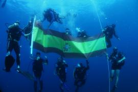 Spanienflagge unter Wasser
