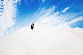 Für diese Aufnahme ließ Fotograf Phil Porter das Brautpaar die Salzberge von Ses Salines erklimmen.