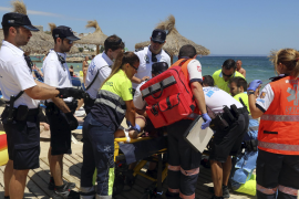 Mehrere Helfer und Polizisten waren nötig, um den Mann zu fixieren.