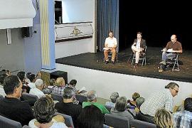 Stadträte aus Palma, (v.l.) José Hila (PSOE), Baudezernent Jesús Valls (PP), Antoni Verger (Més), stellten sich im Teatre Mar i
