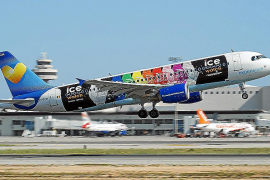 Das Ziel der Arbeit: Ein Airbus A320-214 in einer besonderen Lackierung. Im Hintergrund der Flughafentower.