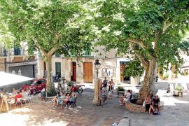 Der Platz vor der Kirche ist zentraler Treffpunkt. Fornalutx zählt rund 800 Einwohner.