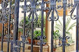 Beim Schlendern durch den Ort fallen einem viele kunstvolle Details auf, wie etwa schmiedeeiserne Gitter.