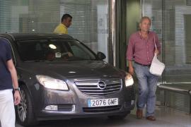 Richter Castro neben dem Auto von Königin Sofía.